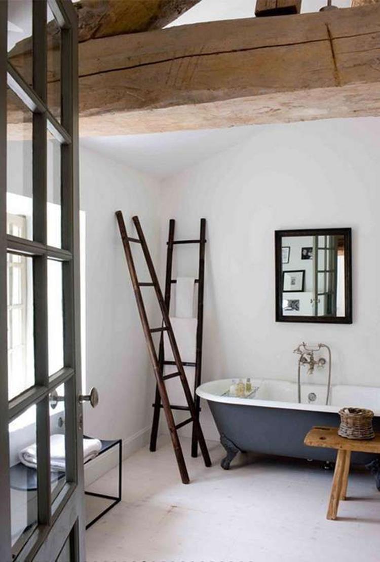 Mooie Lichte Landelijke Badkamer Met Een Grijs Bad Op Pootjes. De Oude  Houten Balken Zijn
