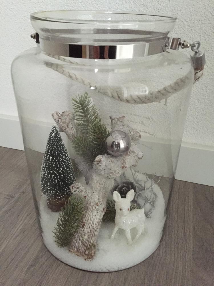 kerst sfeer in een grote glazen pot. foto geplaatst door