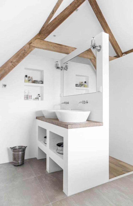 mooie landelijke badkamer in wit met een grijze tegelvloer een