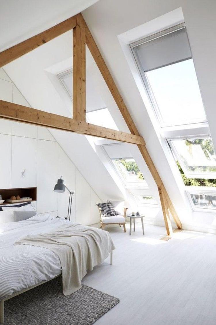 Mooie witte slaapkamer op zolder, met veel licht dankzij de grote ...