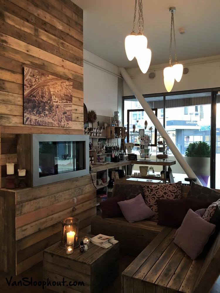 Bank Met Wandpaneel.Super Gezellig Restaurant Met Houten Muur Bank En Tafel