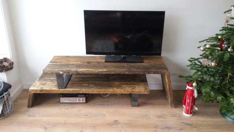 Tv-meubel van mooi hout met stalen poten. Geeft je interieur een ...