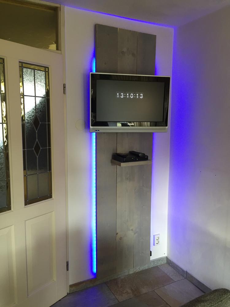 Leuke tv wand van steigerhout met led verlichting. Foto geplaatst ...