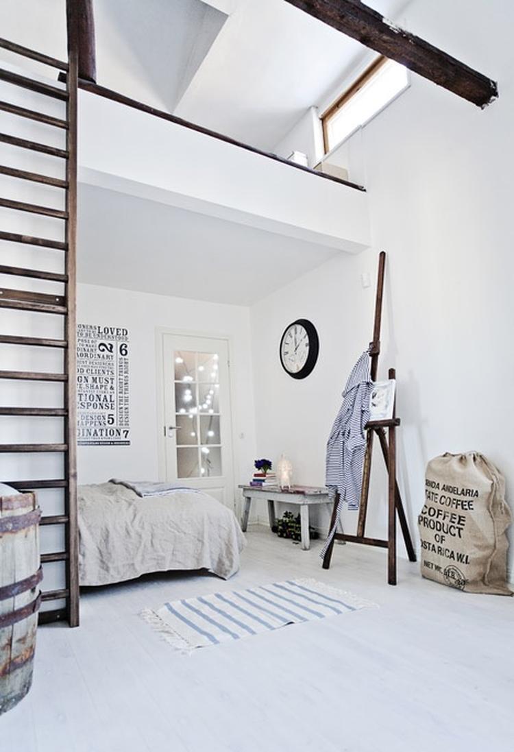 Lichte slaapkamer met hoog plafond in wit en hout.. Foto geplaatst ...