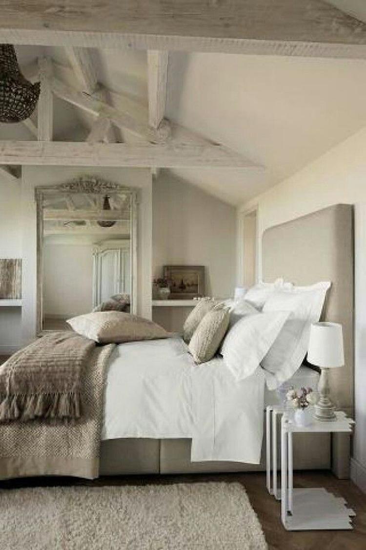 Stijlvolle landelijke slaapkamer met veel accessoires. Mooie kussens ...