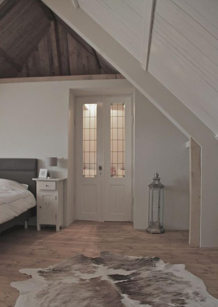 Mooie landelijke slaapkamer in een hoge ruimte met puntdak. Mooie ...