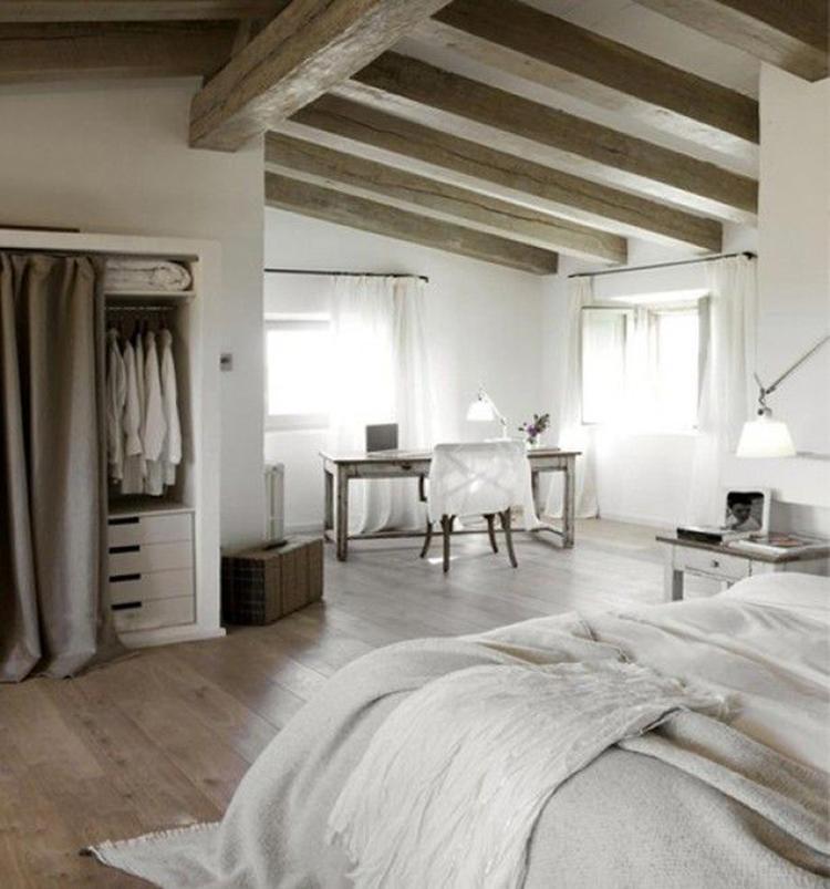 Grote landelijke slaapkamer met veel ruimte. Schuin plafond met ...