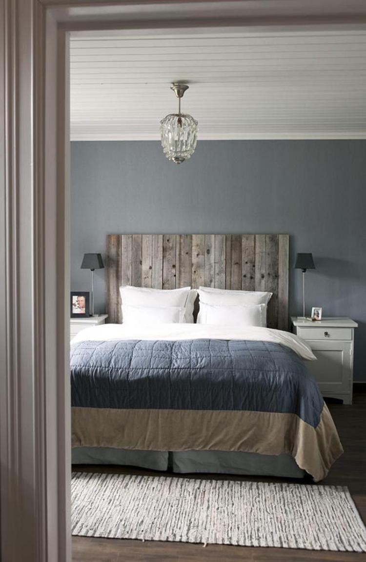 Stoere landelijke slaapkamer met bed van steigerhout. Mooie sprei op ...