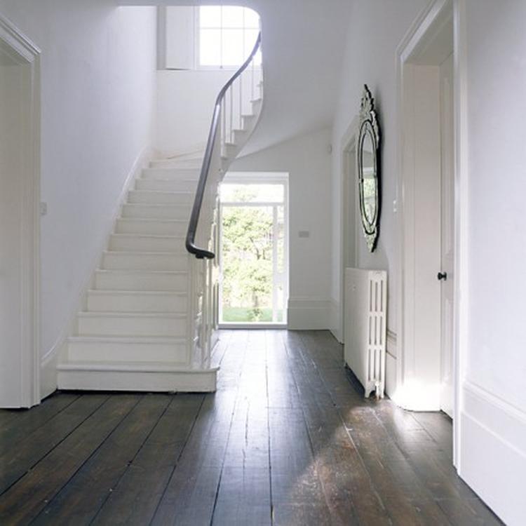 6 Witte Stoelhoezen.Witte Trap Op Houten Vloerdelen Sfeervol Foto Geplaatst Door