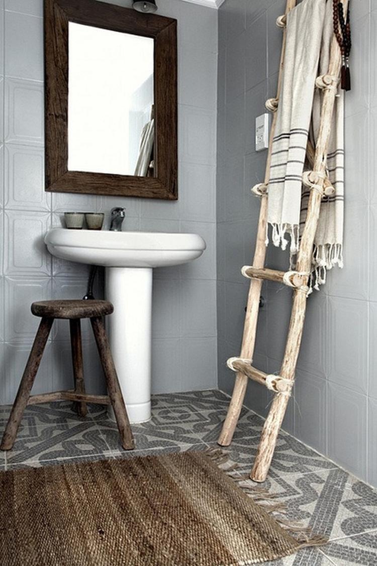 Badkamer grijs/wit/hout met mooie tegelvloer.. Foto geplaatst door ...