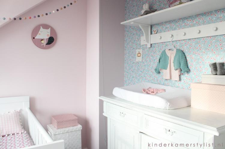 babykamer meisje #landelijk #brocant #ledikant #commode. foto, Deco ideeën