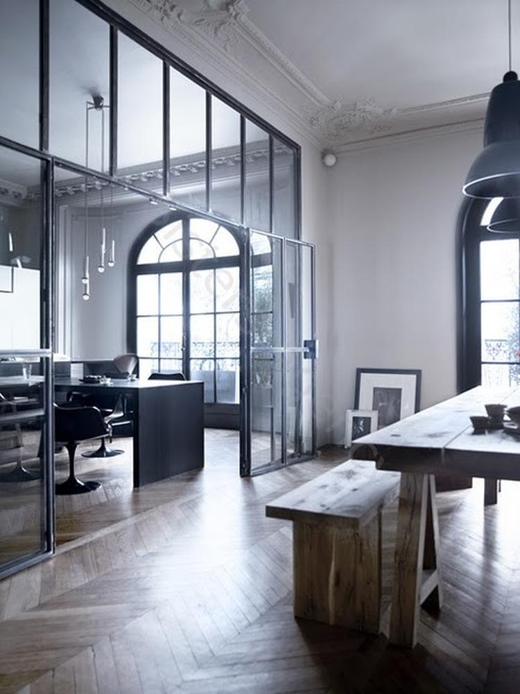 Glazen wand als scheiding tussen eetkamer en woonkamer. . Foto ...