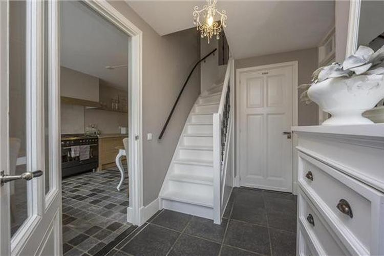 Mooie hal met toegang tot woon keuken foto geplaatst door