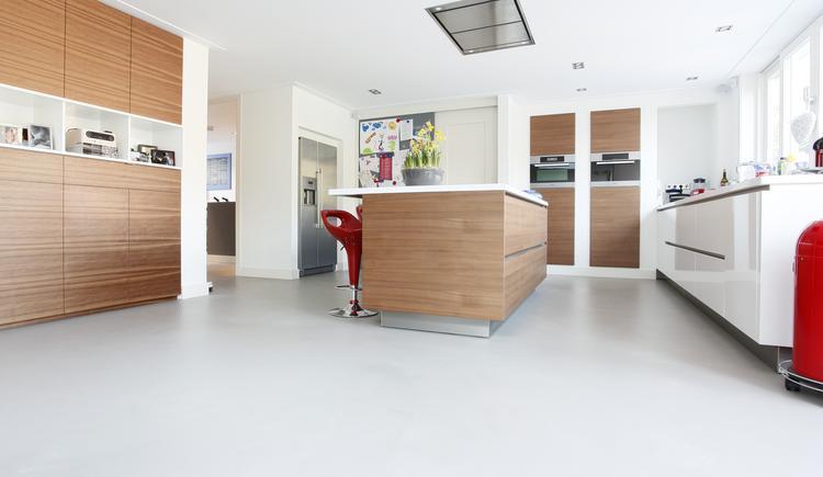 Gietvloer keuken - PU gietvloeren. Gietvloer met 'betonlook ...