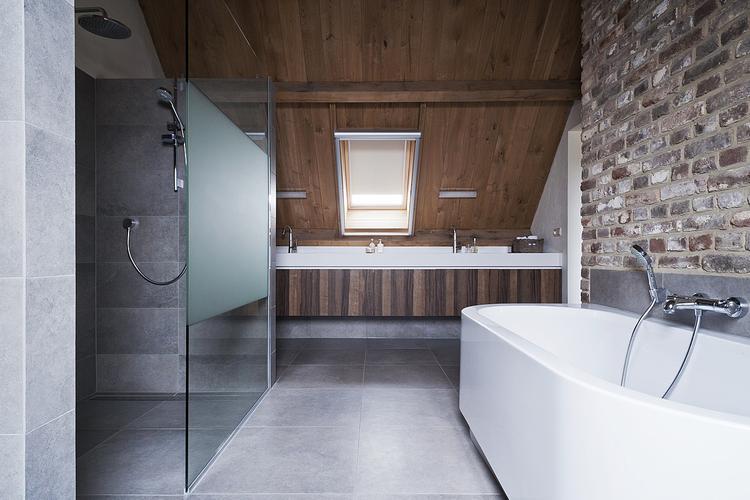 mooie rustige badkamer met natuurlijke materialen
