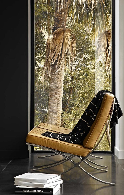 zwarte plint op donkere wand mooi met stoel foto geplaatst door