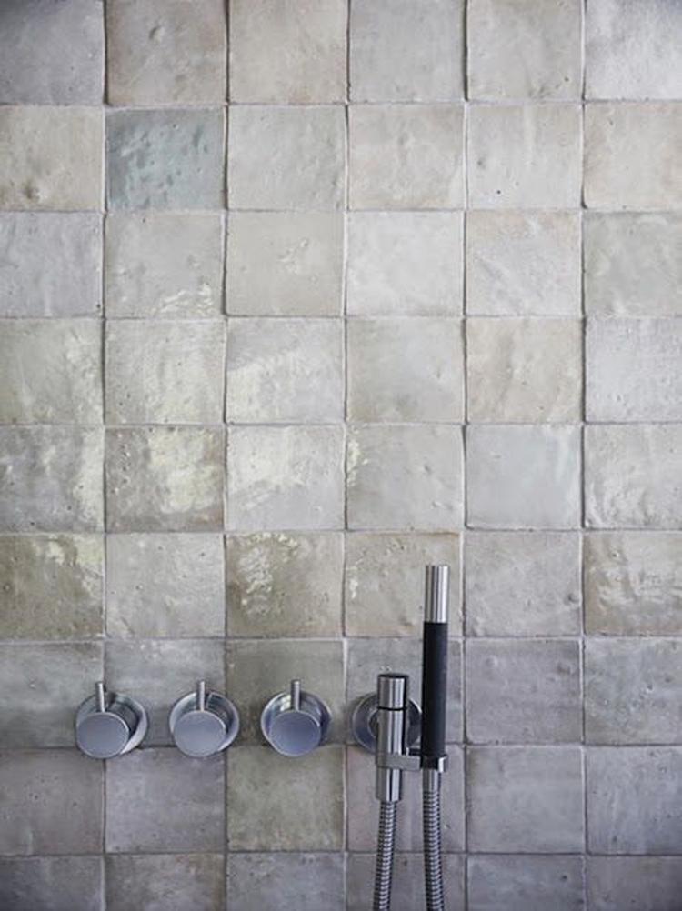Grijze tegels - industriële badkamer. Foto geplaatst door ...