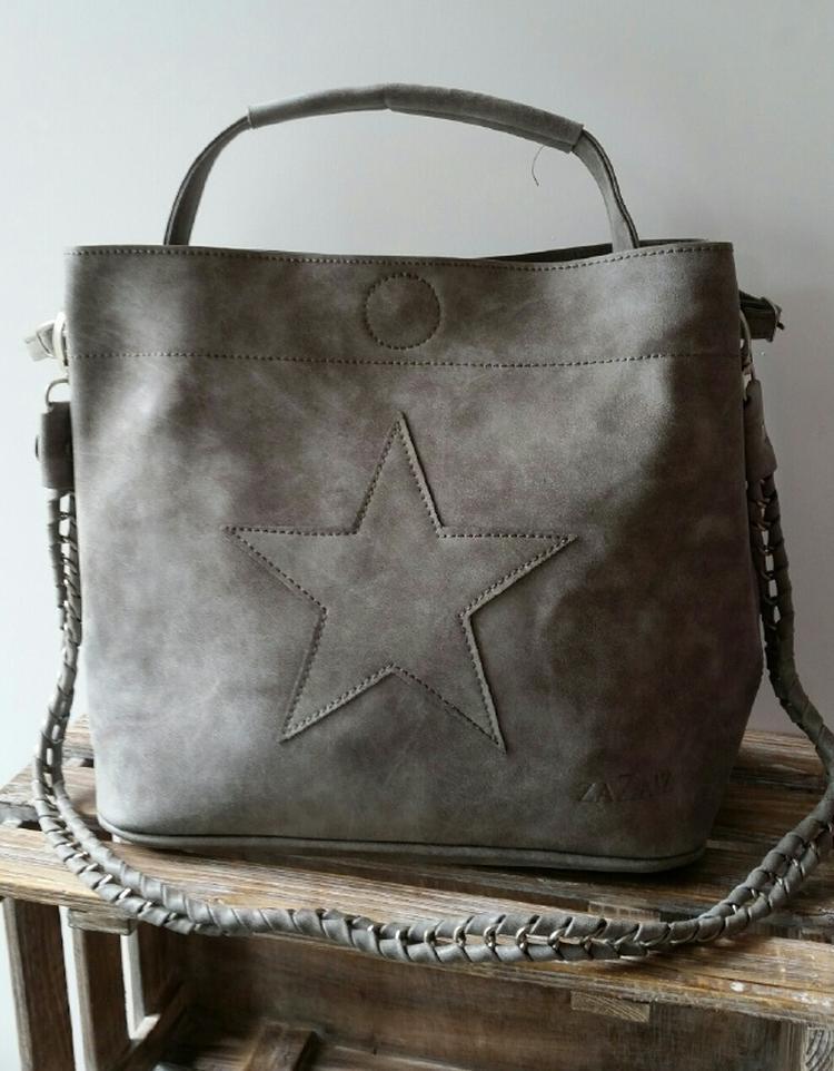 121a758680d Tas met ster Grijs Op de tas is een ster applicatie aangebracht in de  dezelfde kleur.