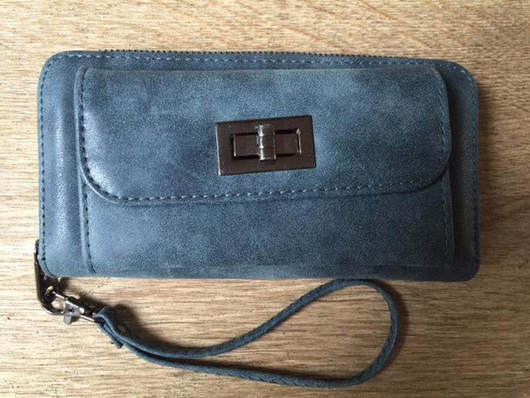 f4fc301f1c0 Stoere portemonnee met telefoonvak Binnenzijde geeft voldoende ruimte voor  geld en pasjes. Met polsbandje Kleur