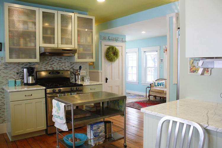 Lichte ruime keuken met doorkijk naar lichtblauw geschilderde ruimte
