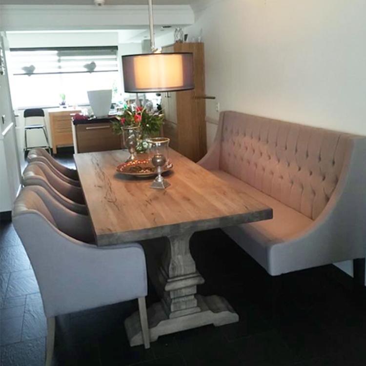 eetkamertafel met bank en stoelen