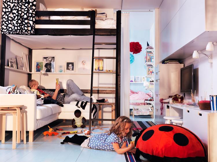Kleine huiskamer met hoogslaper. In deze multifunctioneel ...