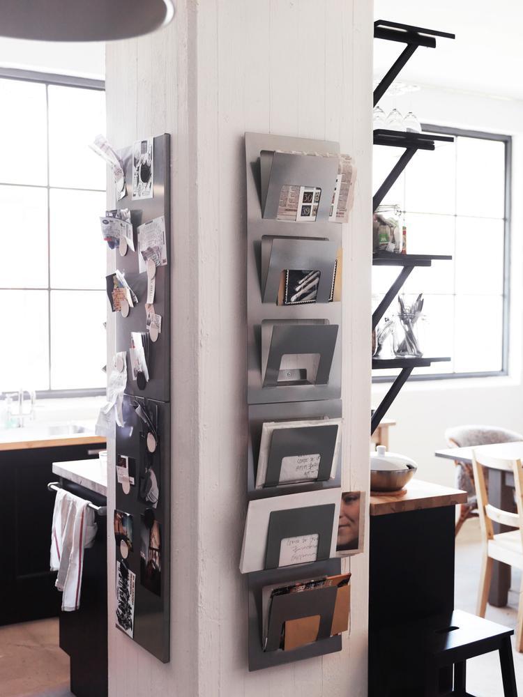 Ikea Metalen Opbergrek.Paal Met Handig Opbergrek Voor Post In Deze Kamer Is Slim Gebruik