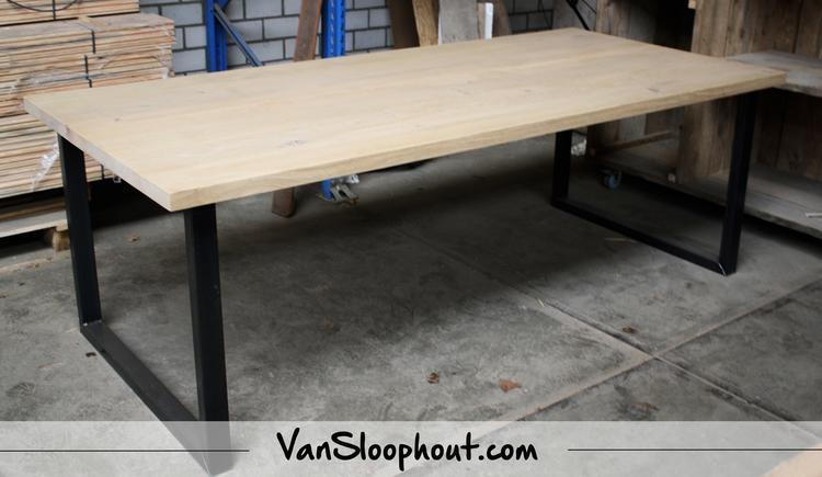 Interieur Woonkamer Eiken : Tafel van eiken met stalen onderstel eiken hout staal