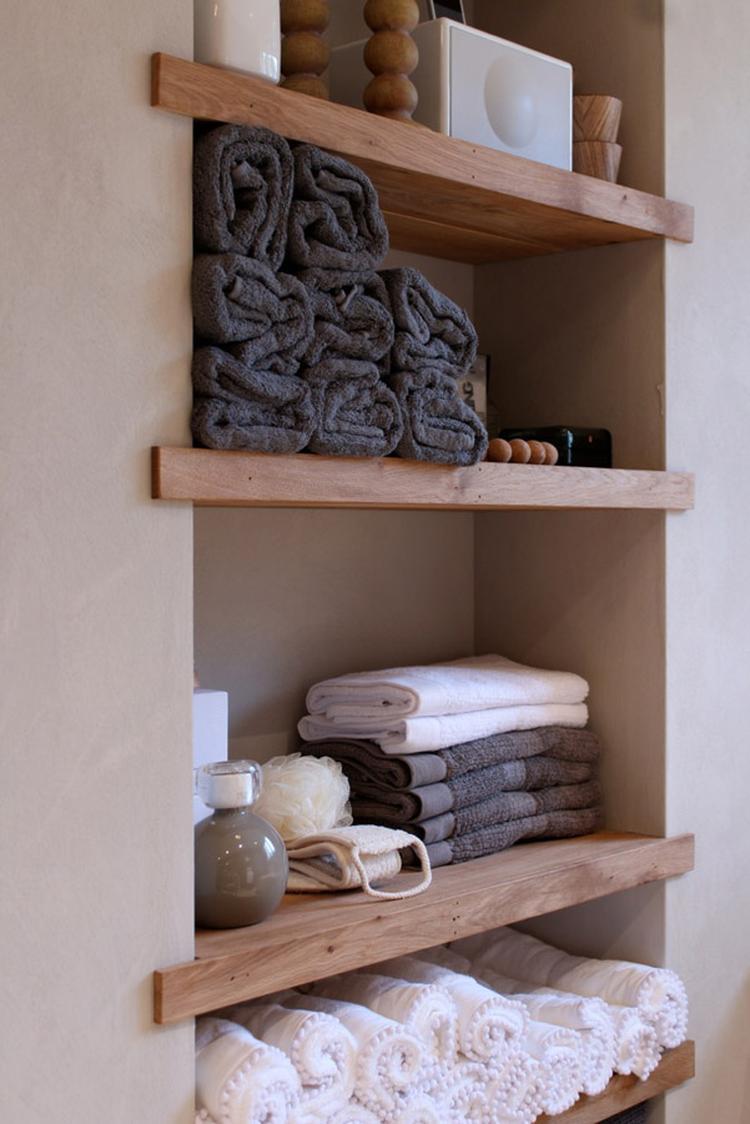 Badkamer: ingebouwde houten planken voor opbergen van handdoeken etc ...