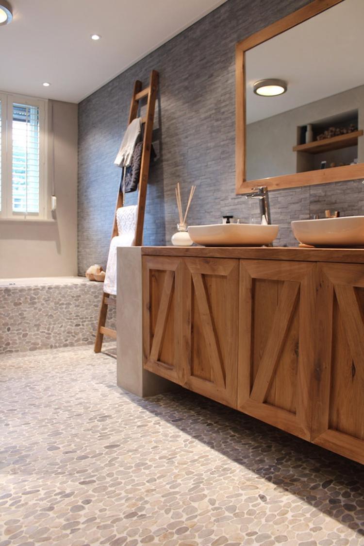 Badkamer: prachtige combinatie van hout en steensoorten.. Foto ...