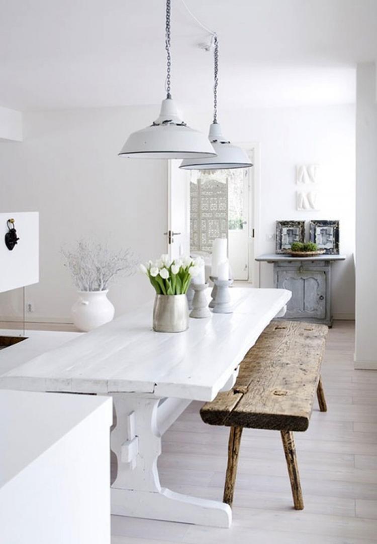Witte hanglampen boven de eettafel in een witte eetkamer, witte ...