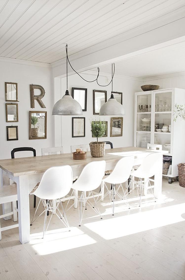 Mooie Witte Eettafel Stoelen.Grote Eettafel Met Moderne Witte Stoelen En Stoere Lampen Erboven
