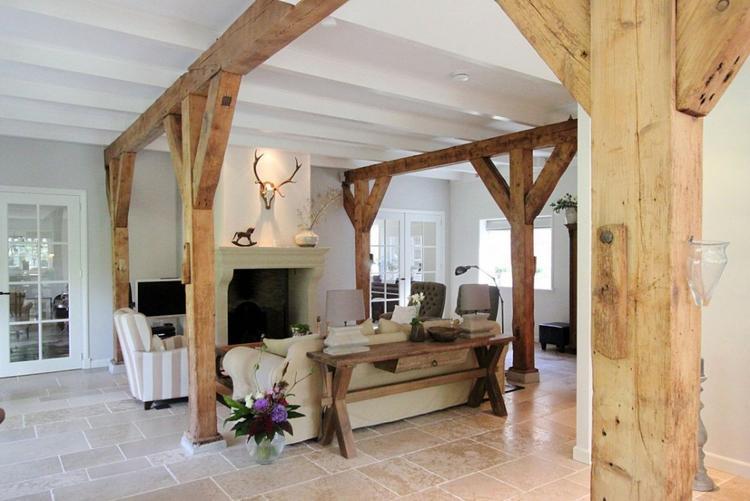 Houten balken in landelijk interieur met rustige kleuren.. Foto ...
