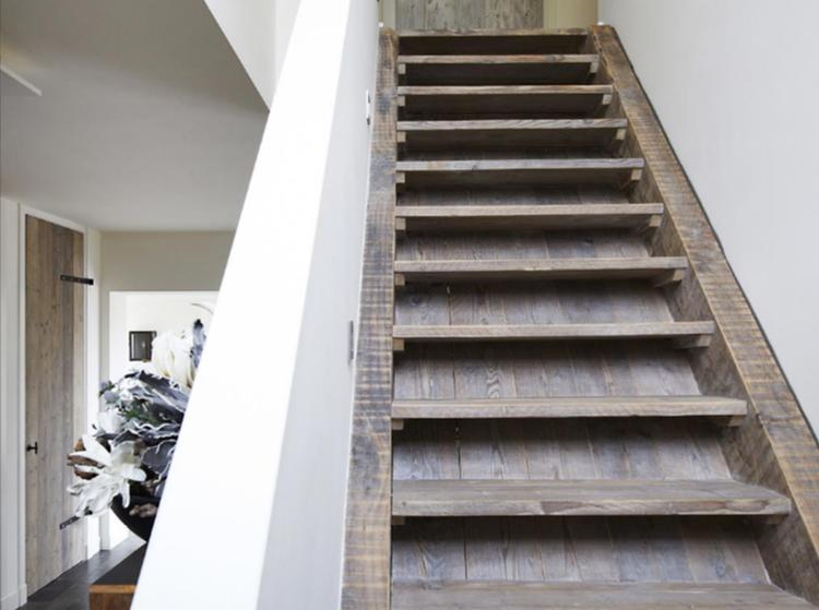 Prachtige houten trap gemaakt van sloophout door restylexl. foto