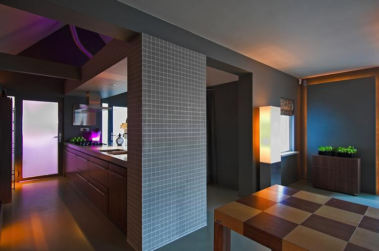 Afscheiding tussen keuken en woonkamer door muurtje bij aanrechtblok ...