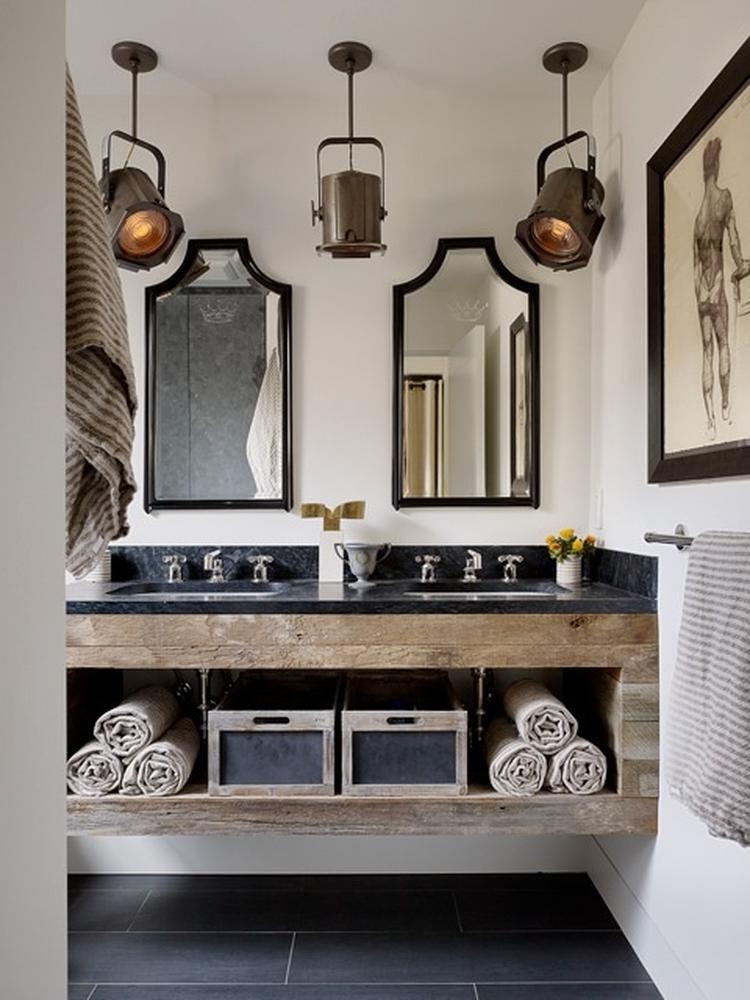 Landelijk/industriële badkamer in zwart/wit/hout. Mooie sfeer ...