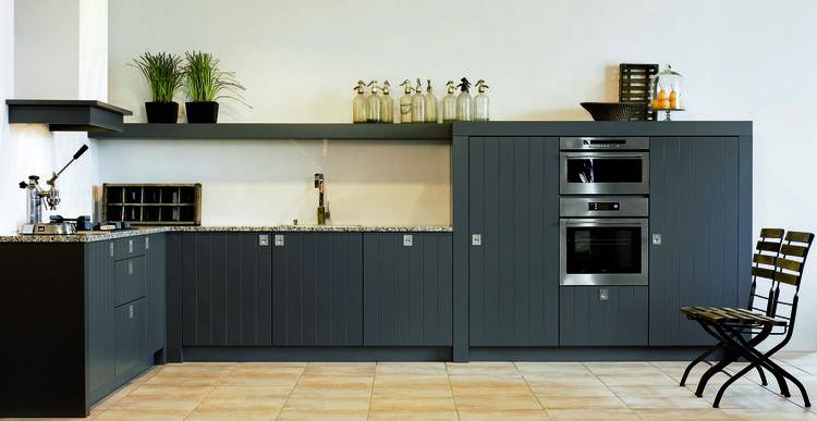 Stoere keuken met mooie 'plank' boven het aanrecht. foto geplaatst ...