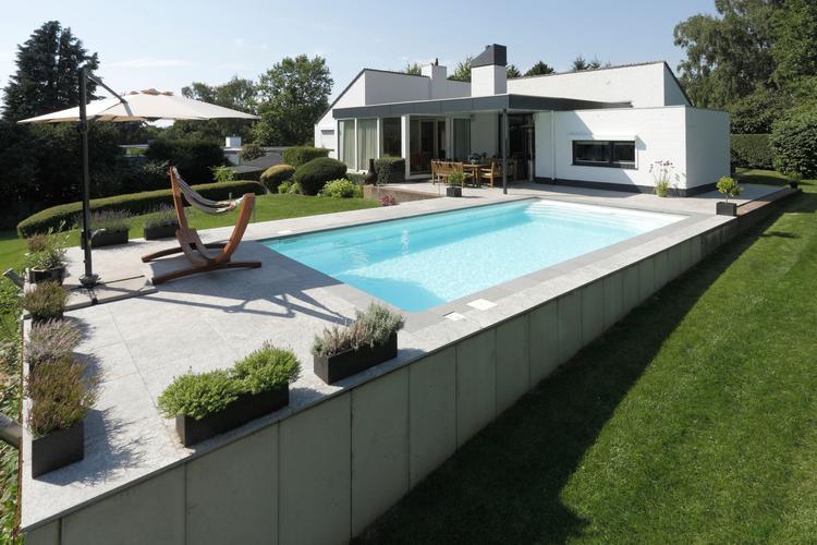 Zwembad in een schuin aflopende tuin slimme oplossing om toch een
