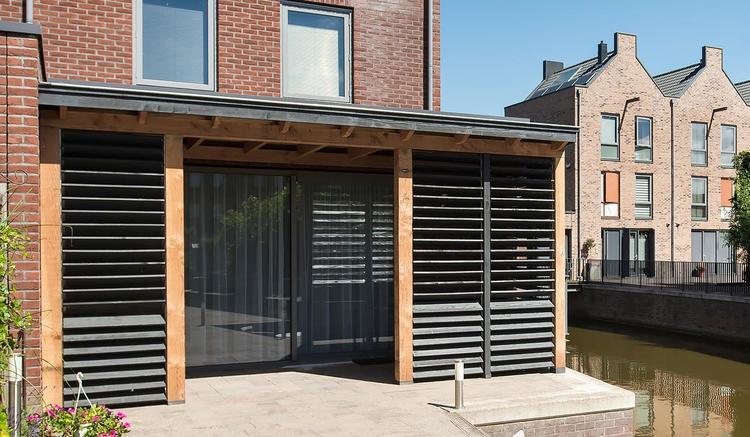 Houten Scheidingswand Tuin : Houten veranda met handgemaakte shutters jaloezieën meer foto s