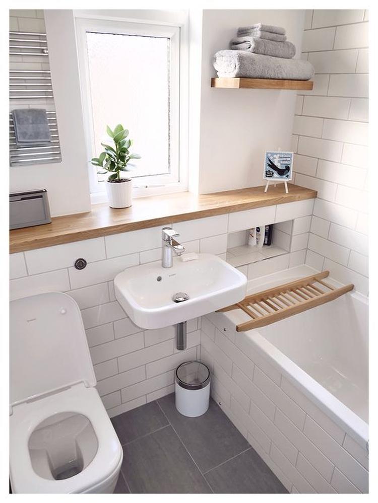 Mooie afwerking van plateau in badkamer, met houten plank. Foto ...