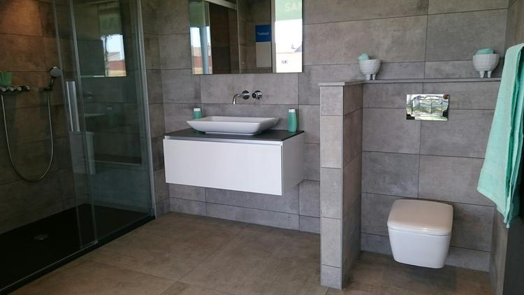 Prachtige badkamer met opzetkom en wit sanitair de douchebak in