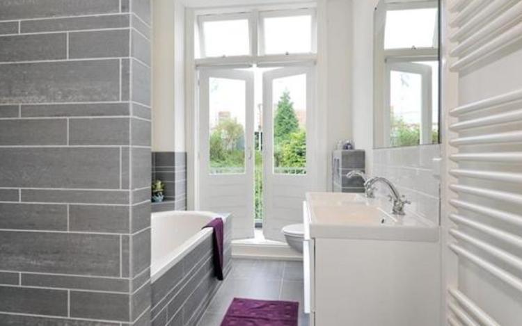 badkamer modern grijs. Foto geplaatst door saalk op Welke.nl