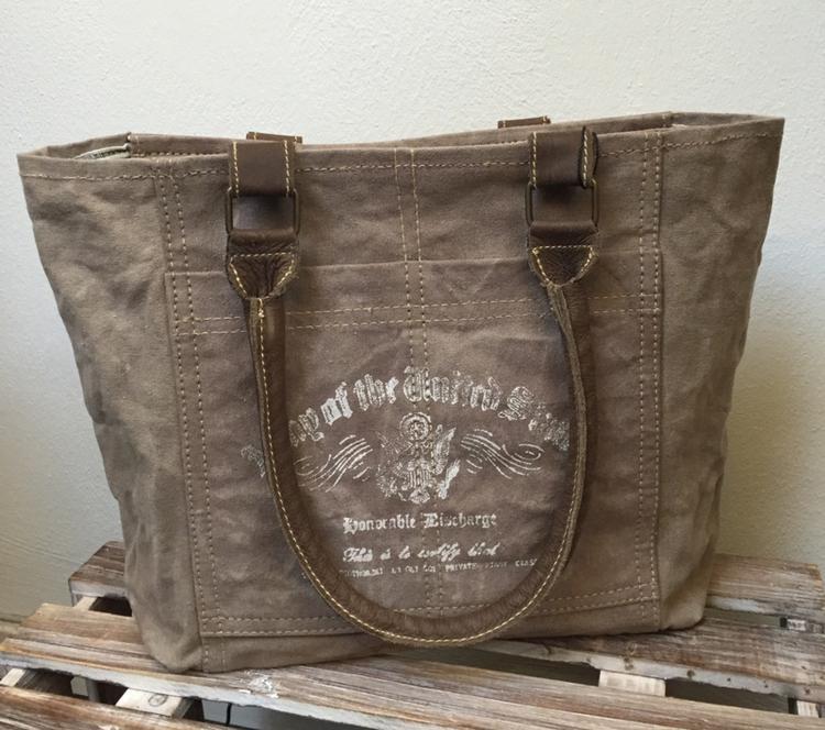 4d804222e03 Stoere shopper met vintage print Carnvas tas met lederen hengsels van  Colmore by Diga pinlake lodge sluit met rits Gemaakt van mooi doorleefd  canvas ...