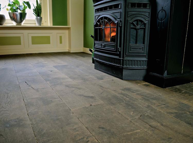Prachtige verouderde houten vloer speciaal op maat gemaakt voor een