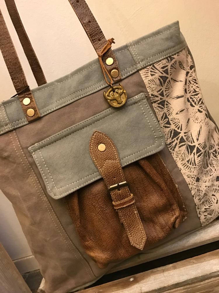 759ab4f13c8 Canvas tas diga colmore pinlake lodge De tas heeft aan de voorzijde een  vintage lederen zakje met ...