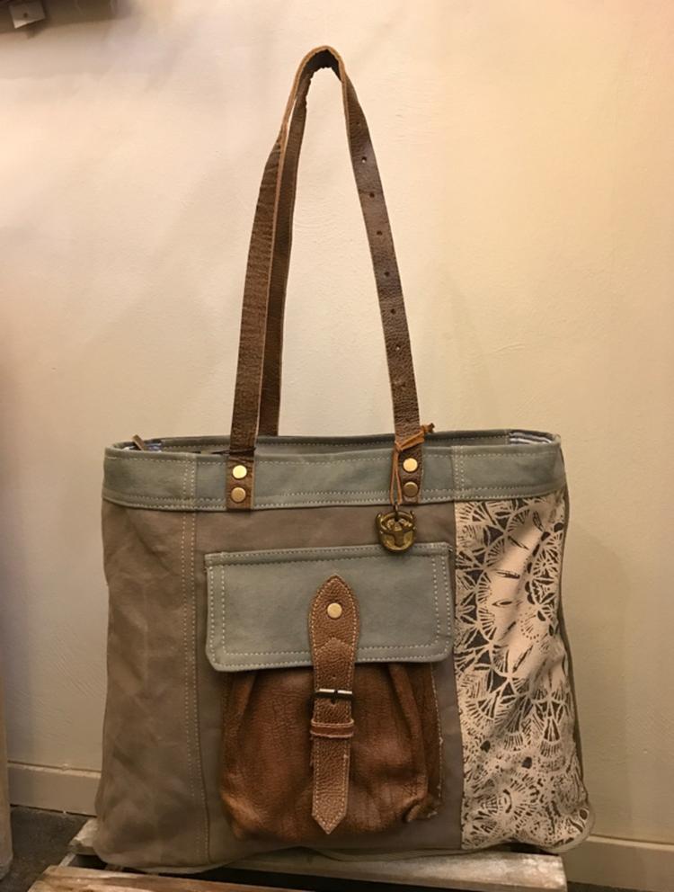 d5ee3b06db5 Canvas tas diga colmore pinlake lodge De tas heeft aan de voorzijde een  vintage lederen zakje met verschillende kleuren ...