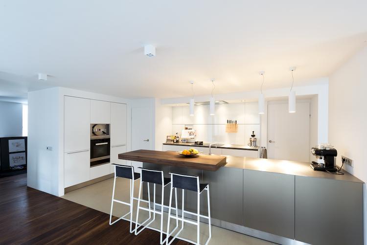 Welke Nl Keuken : Hele strakke keuken uitgevoerd in twee kleuren. mooi die twee ovens