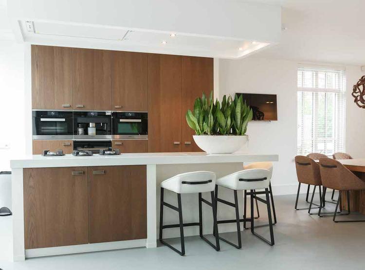 Plaatje van een keuken. de houten deurtjes in de witte kaders ...