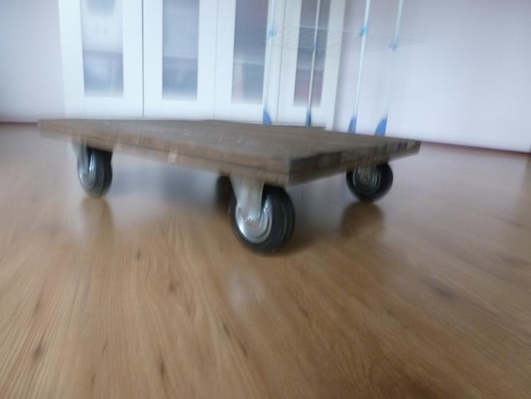 gemaakt van oude bedbodem plankjes industrieel tafel op wielen