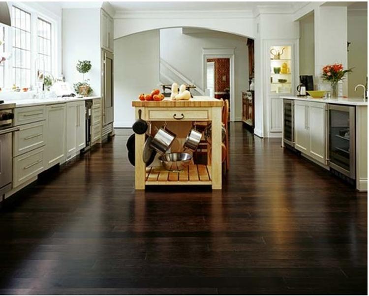 Ruime keuken met bamboevloer. Prachtige landelijke keuken met een ...